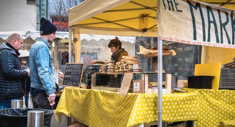 Sandwich-verkoper in het district Temple Bar in Dublin stock foto