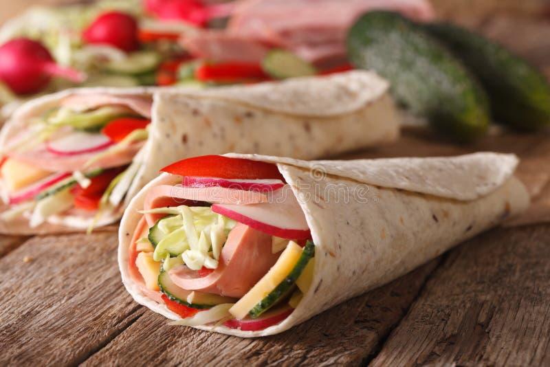 Sandwichbroodje met ham en verse groentenmacro horizontaal stock afbeeldingen