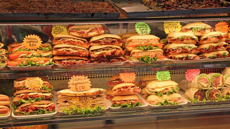 Sandwiche angefüllt für Verkauf in der Bar in Italien mit dem Preis stockfotografie