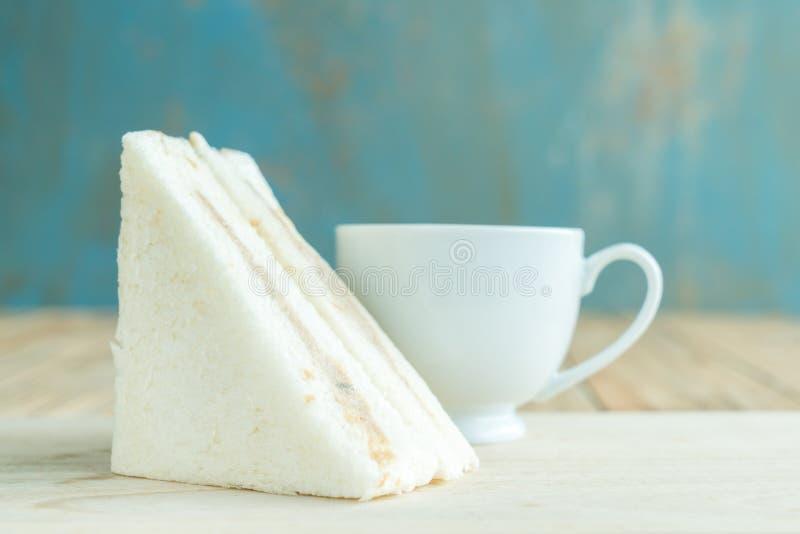 Sandwiche auf dem hölzernen Hintergrund lizenzfreie stockfotografie