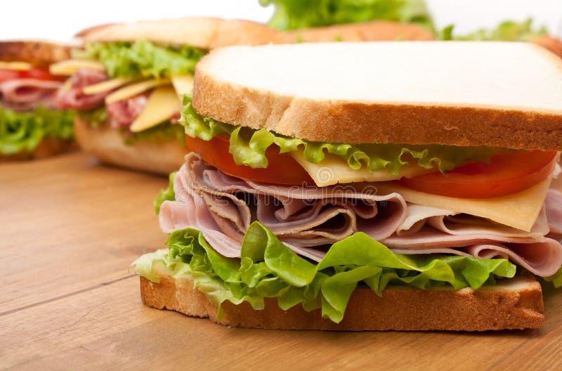 Sandwiche auf einem Holztisch lizenzfreie stockfotografie