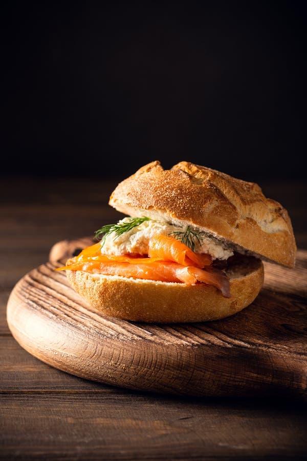 Sandwiche avec les saumons et le beurre persillé photographie stock libre de droits