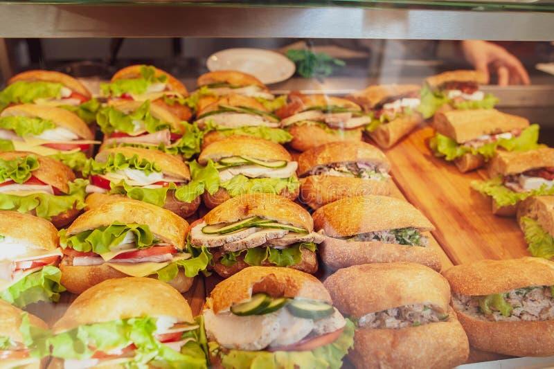 Sandwiche mit Fleisch, Grüns und Gemüse stockfotografie