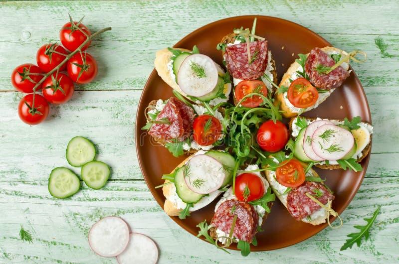 Sandwiche mit Hüttenkäse, Ei, Rettich, Gurke, Salami, c lizenzfreies stockbild