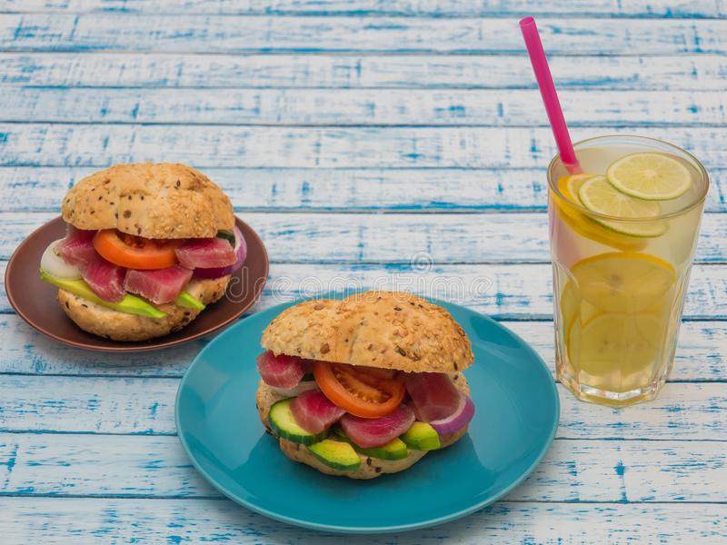 Sandwiche mit Thunfisch und Gemüse in den Platten, ein Glas Limonade auf einer Tabelle stockfotos