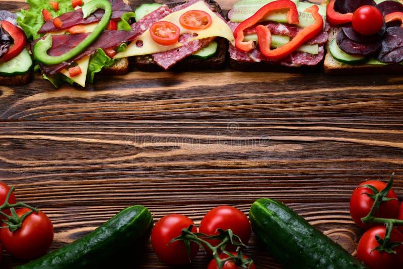 Sandwiche mit unterschiedlichem Fleisch und Gemüse stockfotografie