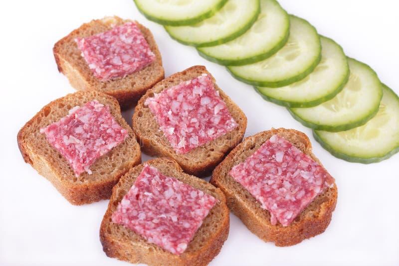 Sandwiche mit Wurst- und Roggenbrot mit cucumbe lizenzfreies stockfoto