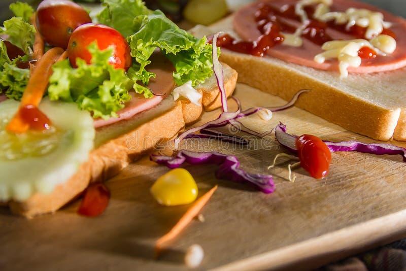 Sandwiche und Gemüsesalat auf Holz lizenzfreies stockfoto