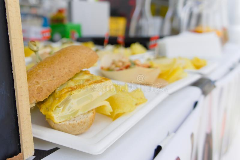 Sandwiche verkauft auf der Straßenmesse stockbild