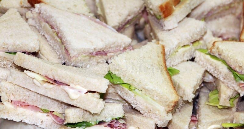 Sandwiches als snack in driehoeksvorm royalty-vrije stock afbeeldingen