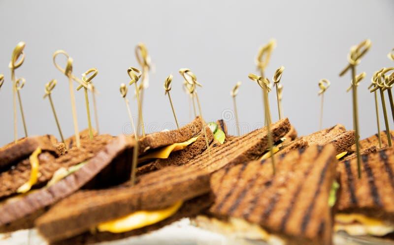 Sandwiches in de vorm van een driehoek met kaas en greens stock foto