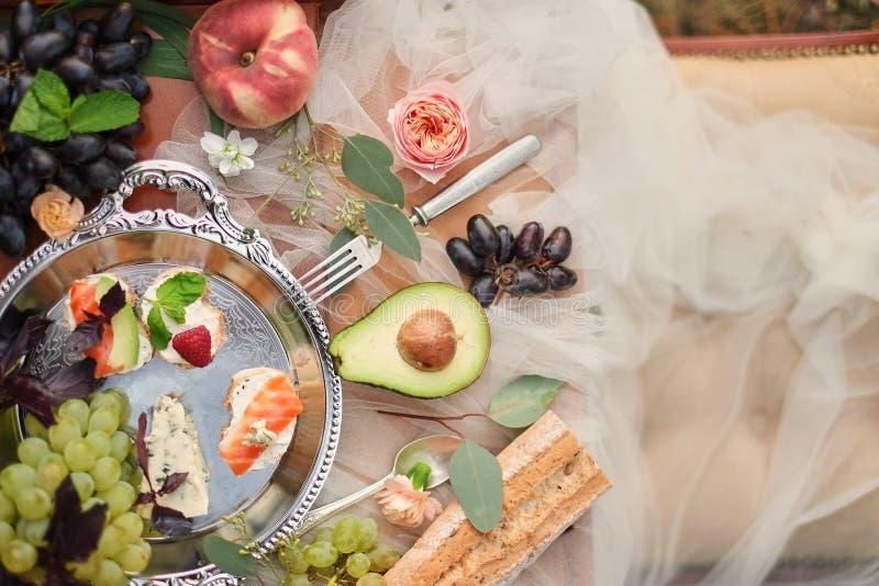 Sandwiches en snoepjes buffet, de gezonde details van het fruithuwelijk Snacks en snoepjes voor gasten De ontvangst van het huwel royalty-vrije stock foto