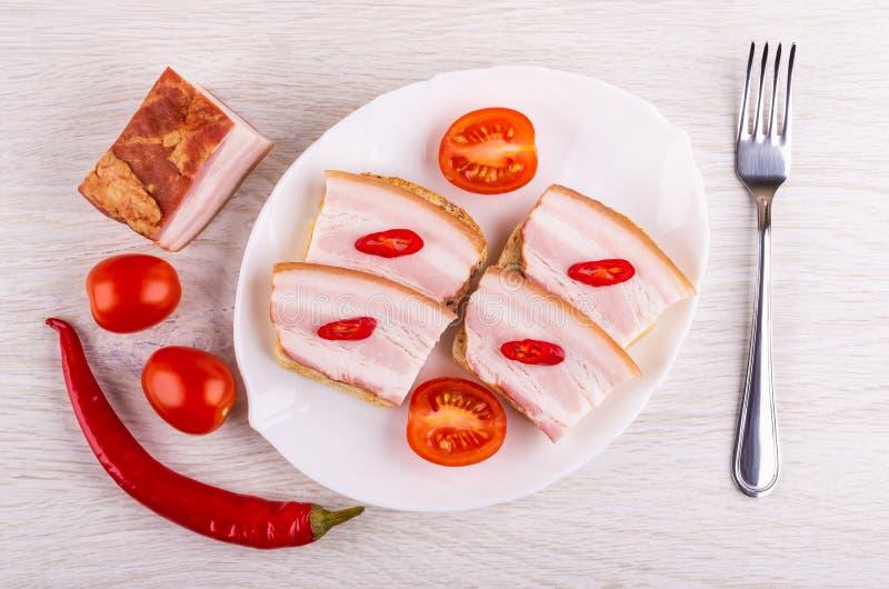 Sandwiches met borststuk, Spaanse peperpeper, tomaat in schotel, tomatenkers, vork op lijst Hoogste mening stock afbeelding