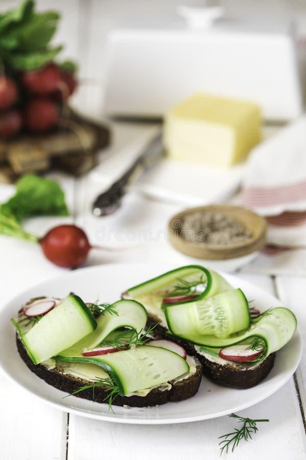 Sandwiches met boter, komkommers, radijzen en gerookt zout stock afbeelding