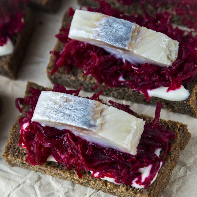 Sandwiches met ingelegde haringen en een biet royalty-vrije stock fotografie