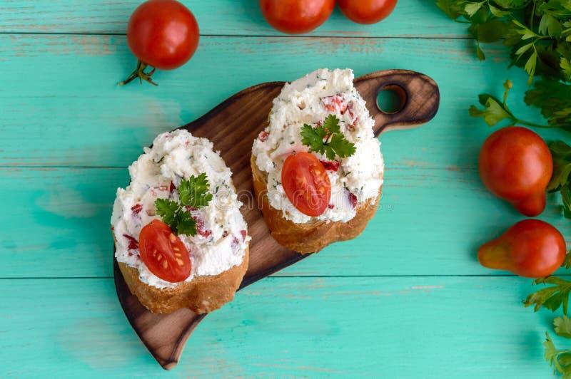 Sandwiches met pasteikaas, knoflook, plakken van peper, dille Organische natuurlijke voeding stock afbeeldingen