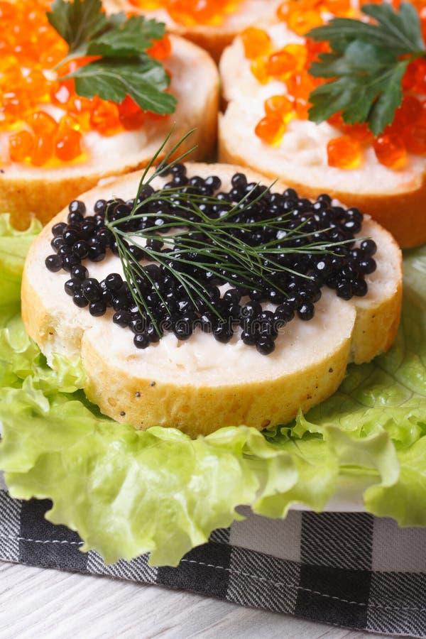 Download Sandwiches Met Rode En Zwarte Kaviaar Op Sla Stock Foto - Afbeelding bestaande uit boter, dille: 39112034