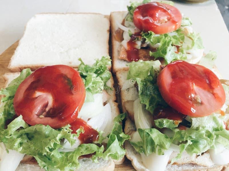 Sandwiches met sla, ui en tomaat stock fotografie