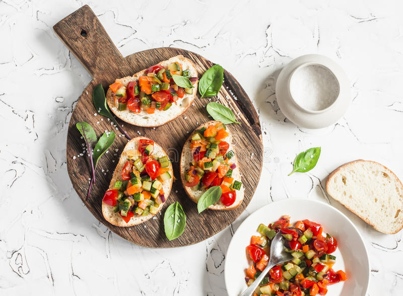 Sandwiches met snelle ratatouille op rustieke scherpe raad op een lichte achtergrond Heerlijk gezond vegetarisch voedsel stock afbeeldingen