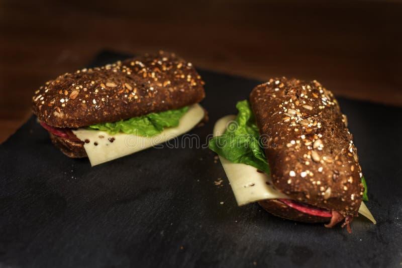 Sandwiches op zwarte steen royalty-vrije stock foto's