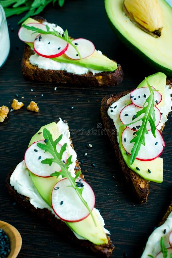 Sandwiches van roggebrood met avocado en geitkaas stock fotografie