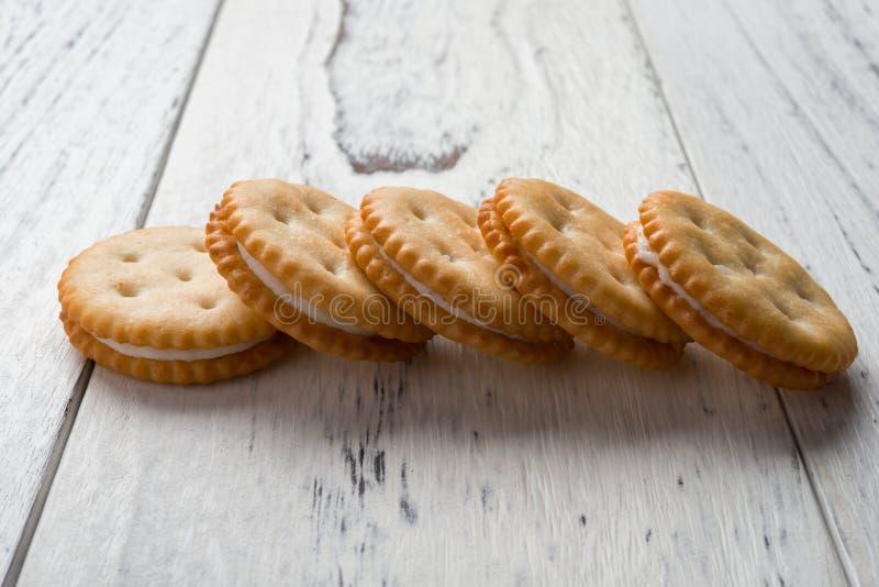 Download Sandwichkoekjes Met Het Witte Room Vullen Op Wit Hout Stock Foto - Afbeelding bestaande uit eetbaar, gebakje: 107706634