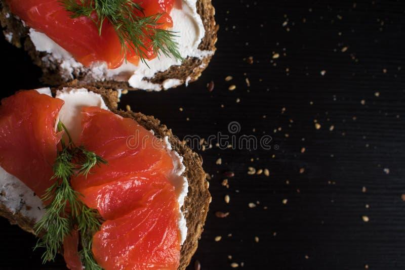 Sandwichs用三文鱼和乳脂干酪 在黑麦多五谷面包片断  免版税库存照片