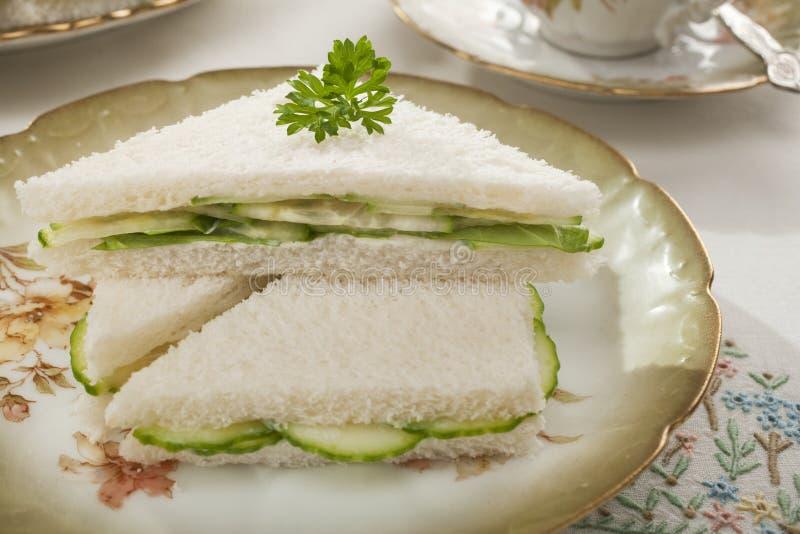 Sandwichs à concombre sur la vaisselle démodée photographie stock