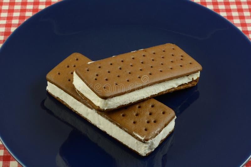 Sandwichs à crème glacée de plat bleu photo libre de droits