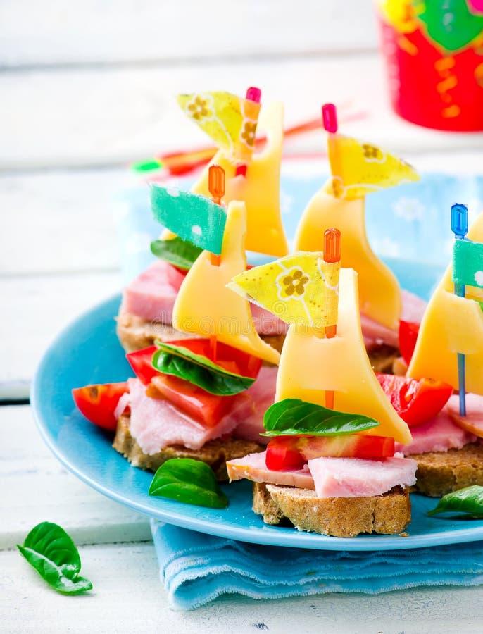 Sandwichs à jambon et à fromage sous forme de bateaux photos libres de droits