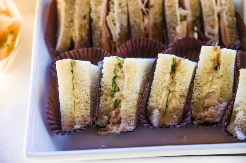 Sandwichs à pain foncé avec le fromage fondu et le jambon photographie stock libre de droits