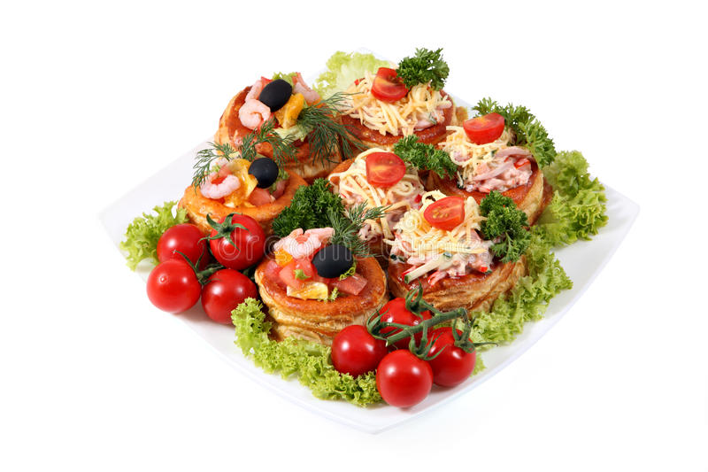 Sandwichs assortis avec du fromage, le jambon, la crevette et les saumons sur le blanc image stock