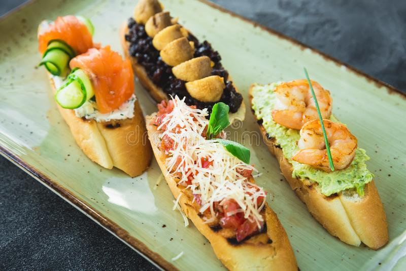Sandwichs avec la crevette rose, les saumons, et le champignon Patte de poulet frit images stock