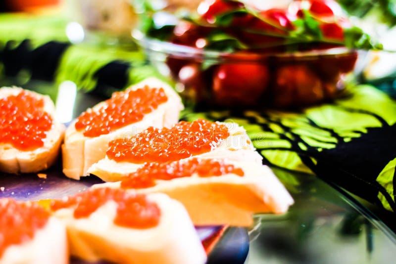 Sandwichs avec le caviar rouge images libres de droits
