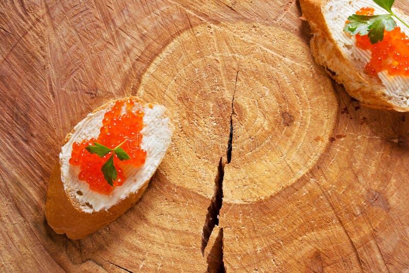Sandwichs avec le caviar rouge saumoné photo stock
