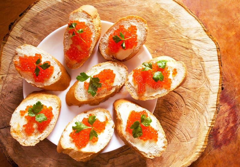 Sandwichs avec le caviar rouge saumoné photographie stock libre de droits