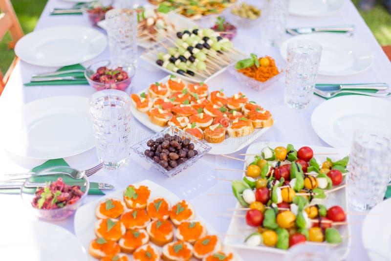 Sandwichs avec le caviar rouge saumoné sur la table dans le jardin images stock