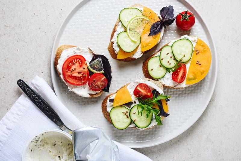 Sandwichs avec le fromage fondu et les l?gumes image stock