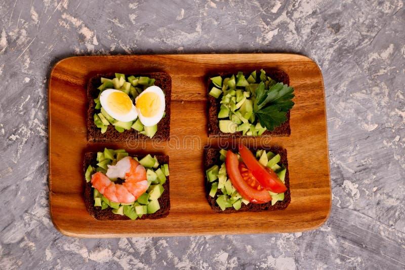 Sandwichs avec le guacamole et la variété de remplissages tels que la crevette photos libres de droits
