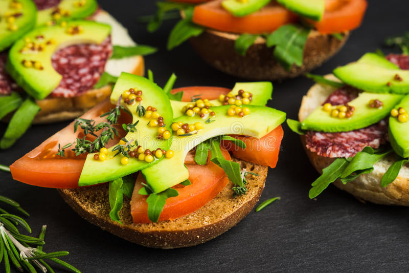 Download Sandwichs Avec Le Salami, L'avocat Et Les Herbes Photo stock - Image du tomate, romarin: 87707202