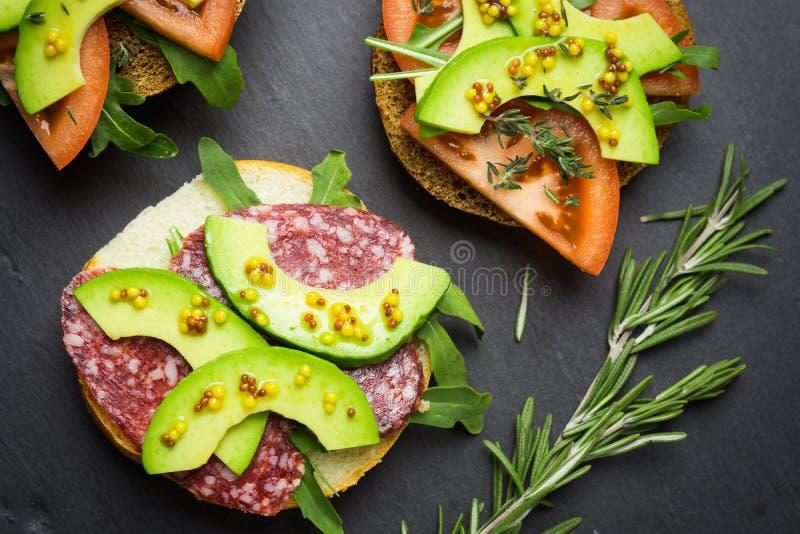 Download Sandwichs Avec Le Salami, L'avocat Et Les Herbes Photo stock - Image du configuration, mangez: 87707252