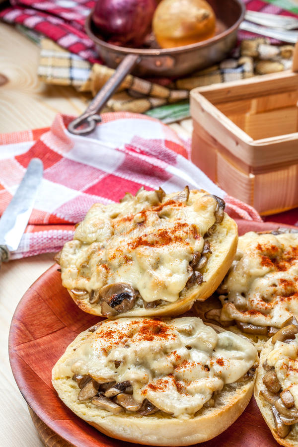 Sandwichs avec les champignons et le fromage image stock
