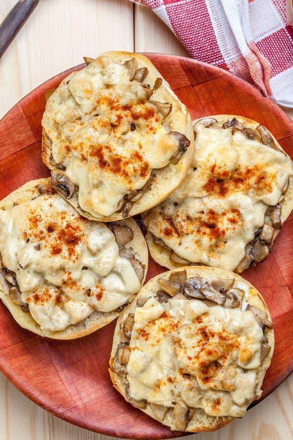 Sandwichs avec les champignons et le fromage photographie stock