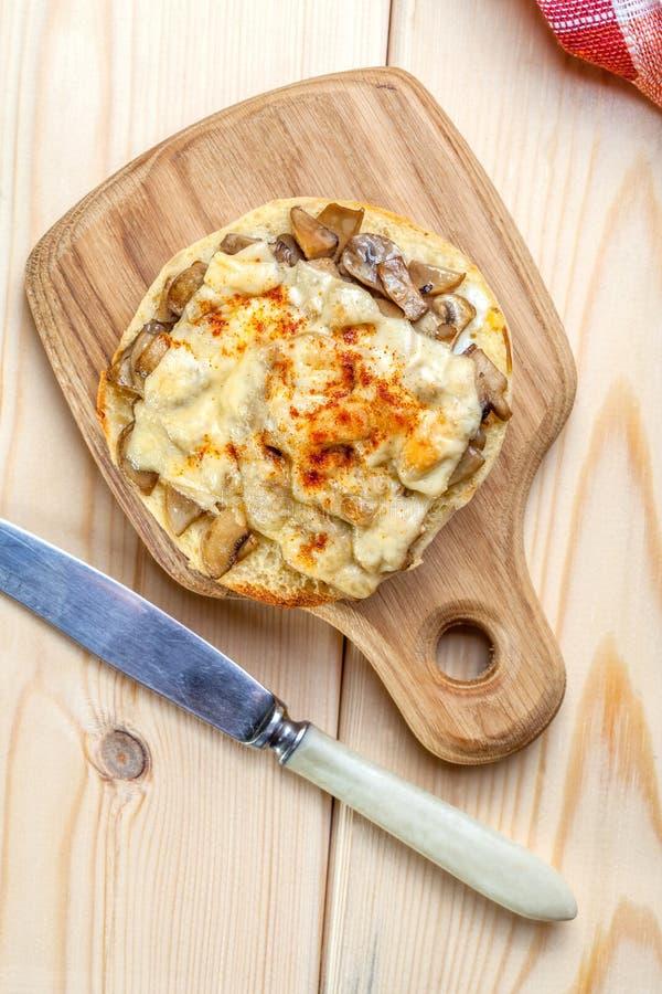 Sandwichs avec les champignons et le fromage image libre de droits