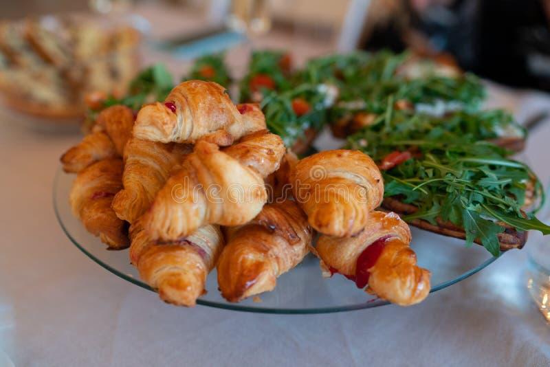 Sandwichs ? croissant et tasses de caf? sur la table en bois image stock