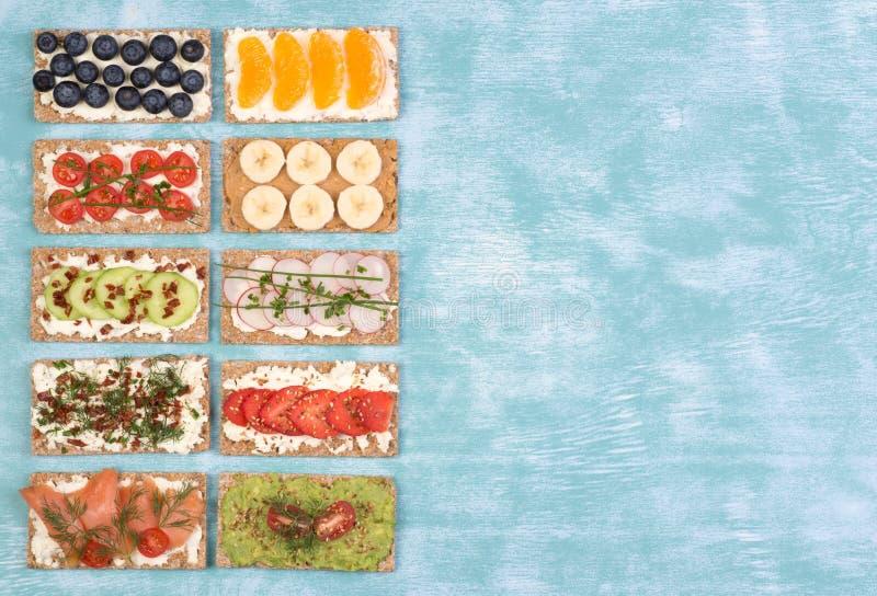 Sandwichs croquants à pain avec les divers écrimages, vue supérieure avec l'espace de copie photo stock