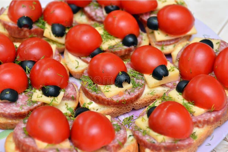 Sandwichs de fantaisie pour des enfants sous forme de coccinelles image stock