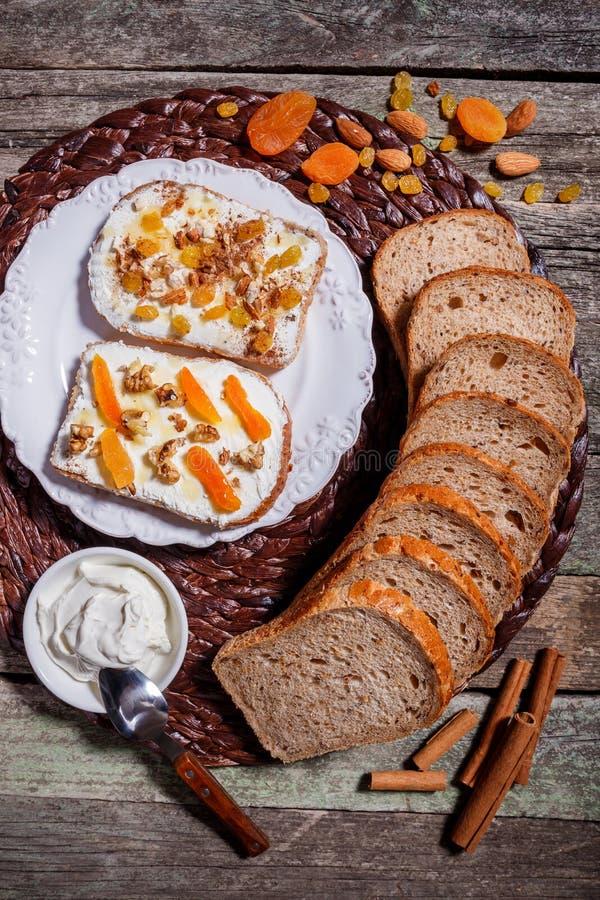 Sandwichs de pain de seigle avec le fromage fondu sur le fond en bois rustique images stock