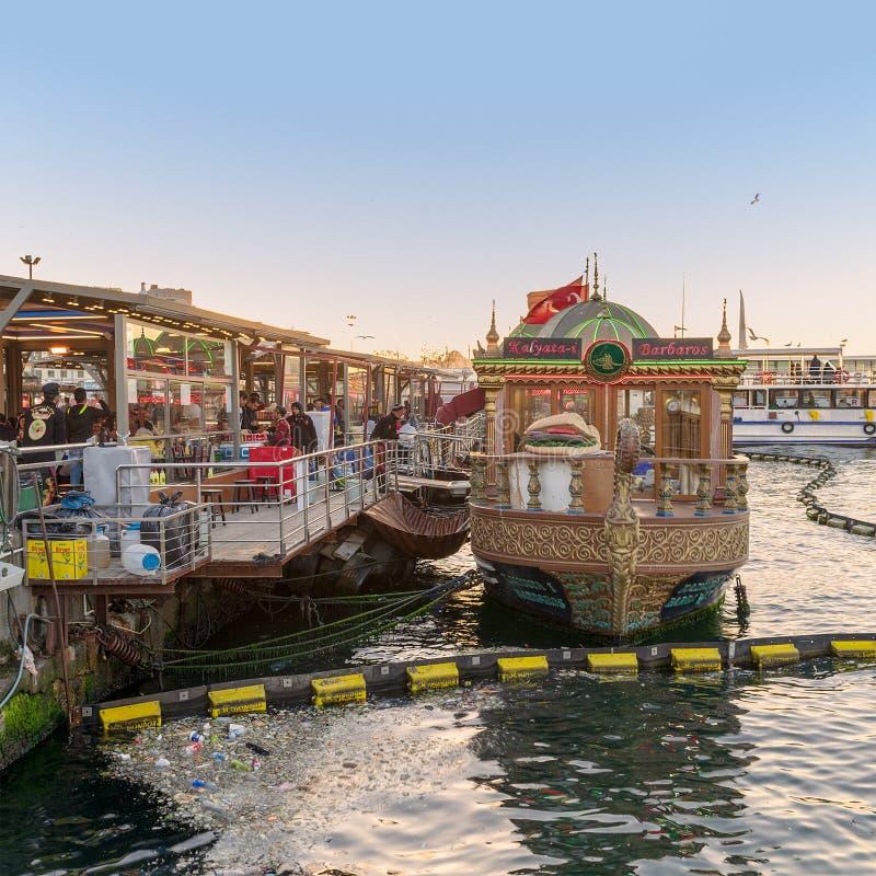 Sandwichs de pendillement traditionnels à poissons de portion de bateau d'aliments de préparation rapide chez Eminonu, Istanbul,  photographie stock libre de droits