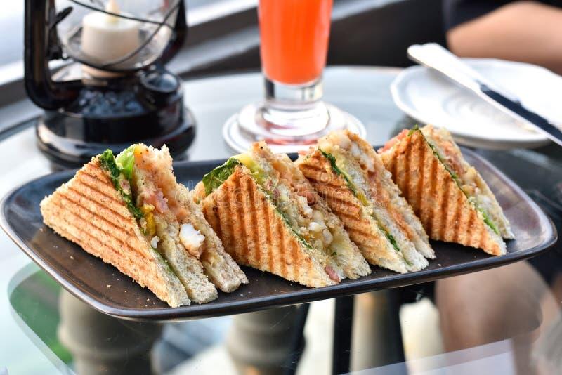 Sandwichs de plat, de pain grillé avec de la laitue, de crevette et d'oeuf images libres de droits